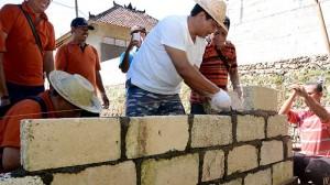 Wakil Gubernur Bali, Ketut Sudikerta ikut bergotong royong dan berbaur dengan warga membangun rumah keluarga I Wayan Raga, warga asal Desa Klumpu, Kecamatab Nusa Penida, Klungkung, Minggu (12/4/2015).